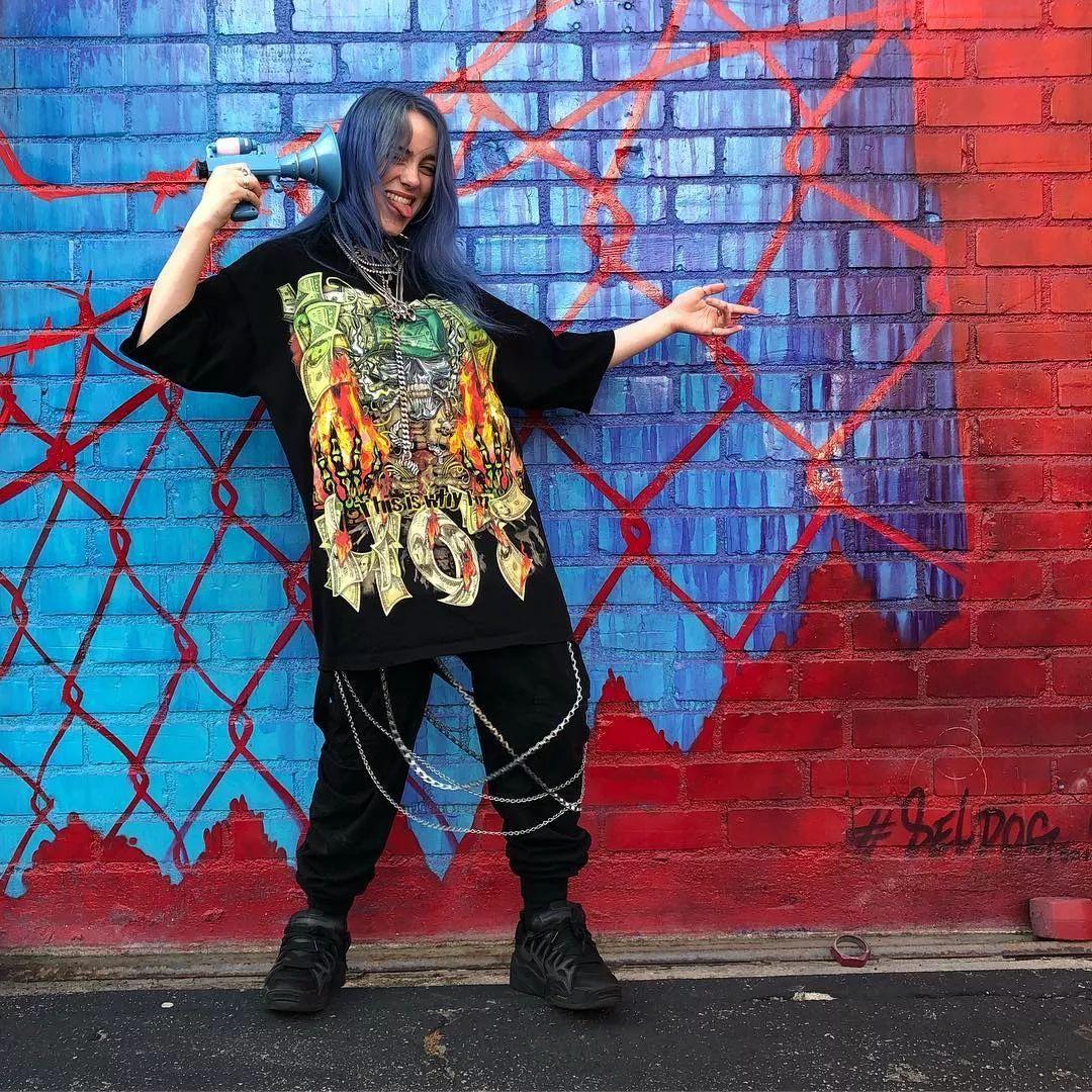 a789990f237148f6ab3a4a3a04da1c39 - 超酷女歌手Billie Eilish 第一耳就爱上了她!