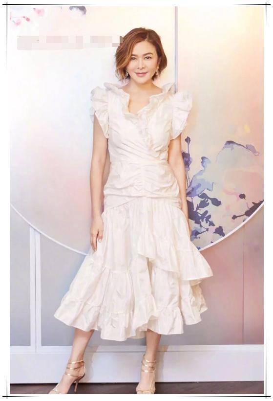 关之琳也不敌岁月,56岁身材发福,穿白色褶皱裙膀大腰圆没法看!