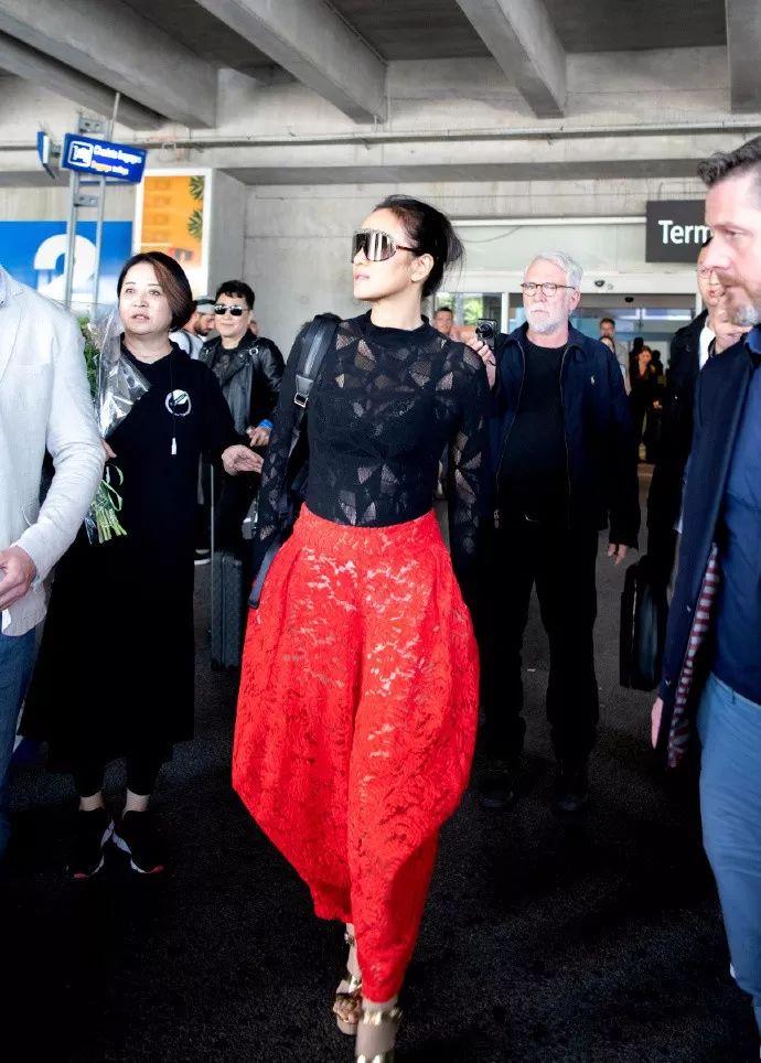 脸都丢国外了!中国网红扎堆蹭戛纳红毯,又有女演员拖时间被保安驱赶?