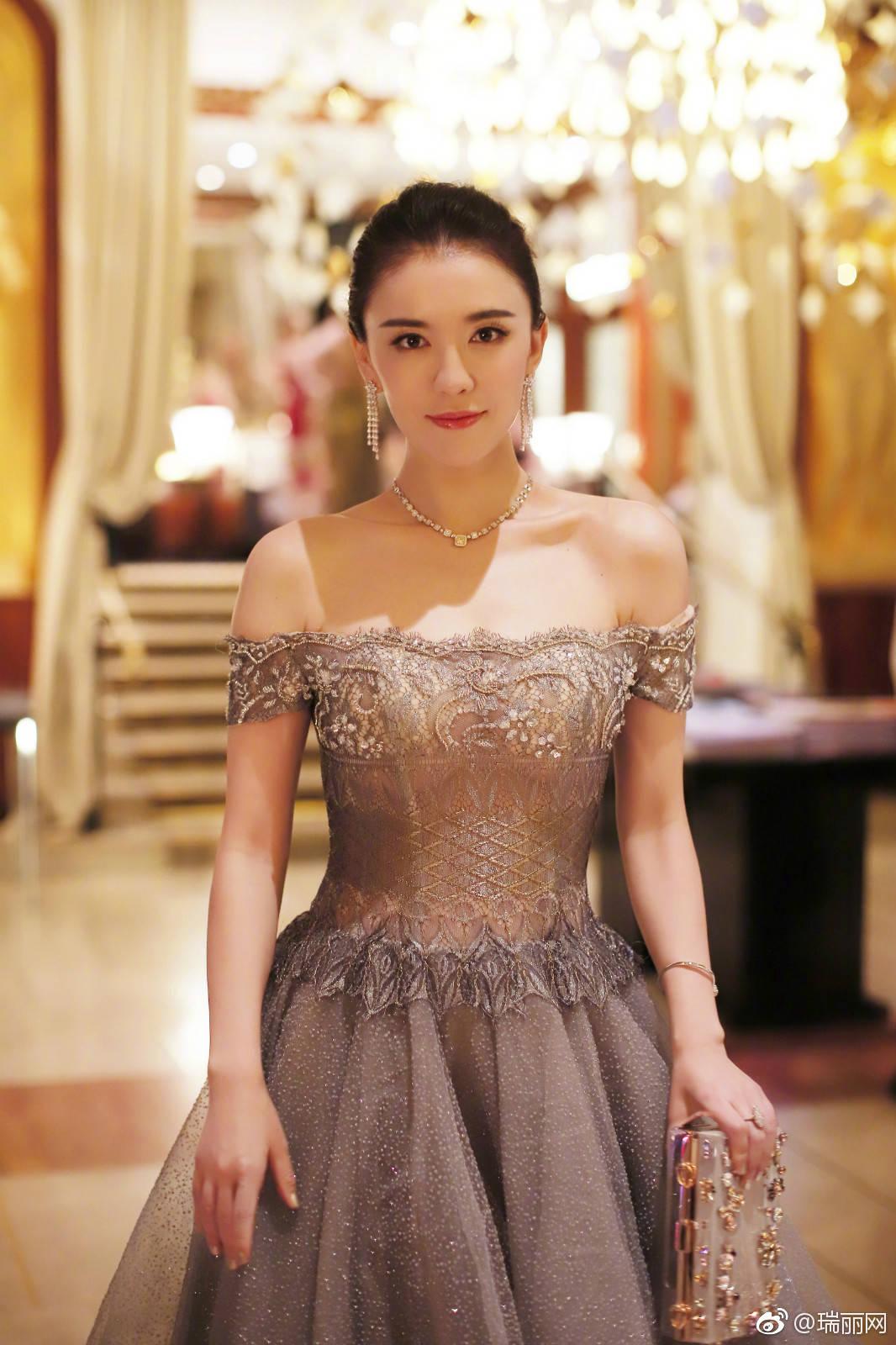 戛纳红毯招式层出不穷!吕佳容王室范儿标准全场最佳