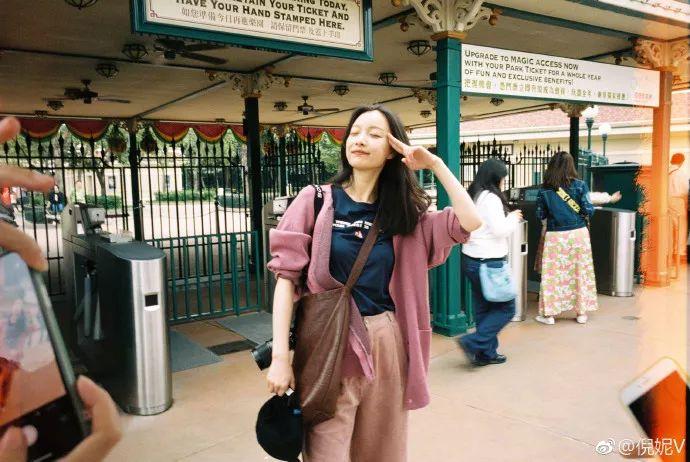 倪妮晒迪士尼素颜照,引28万人点赞,网友:以前的旅行照都白拍了
