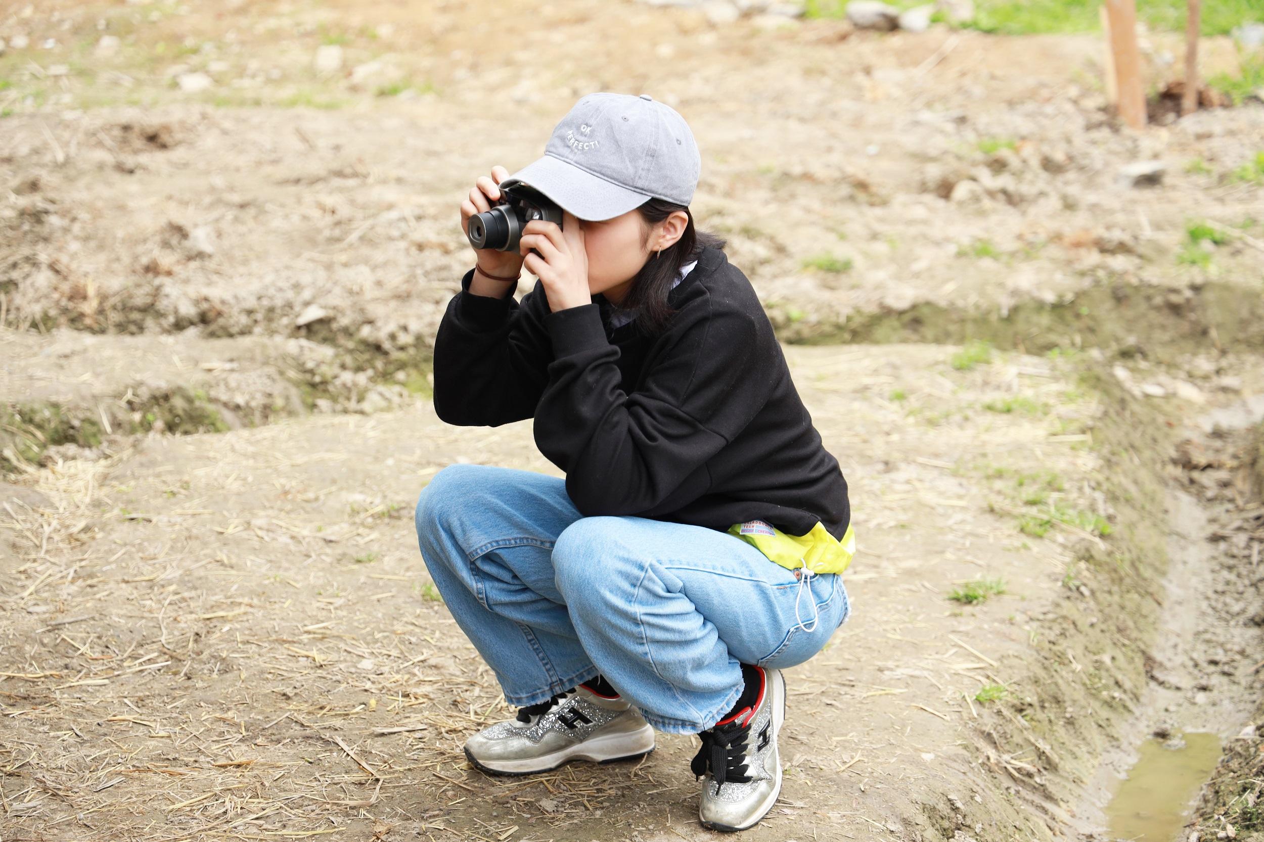 """张子枫《向往3》童趣怡然 捕鱼不误""""飚演技"""""""
