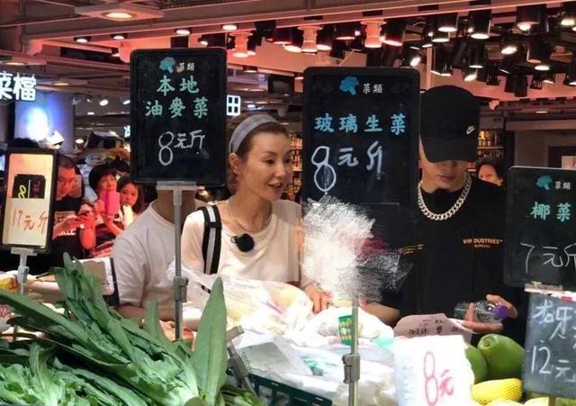 影后张曼玉现身香港菜市场 与范丞丞一起买菜讨价还价
