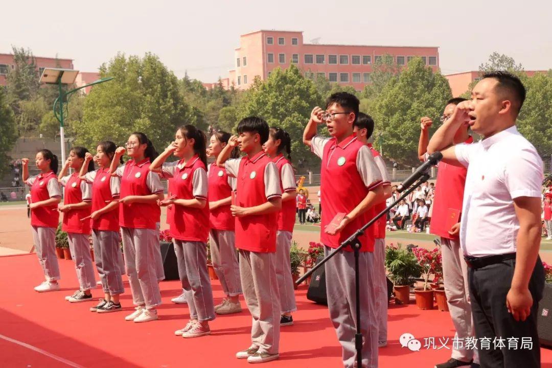新一和小兰的囹�a_与会领导向学生代表颁《中华人民共和国宪法》