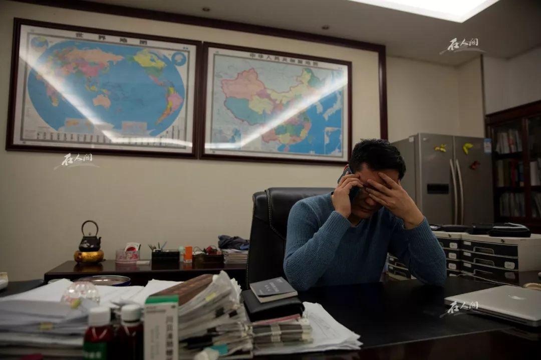王银达在办公室,焦虑是他的常态