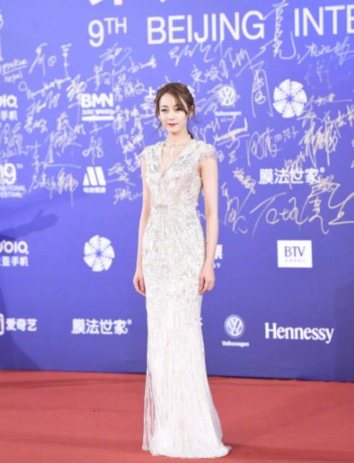 北京电影节红毯路透:杨紫热巴优雅靓丽,胡歌尽显熟男魅力