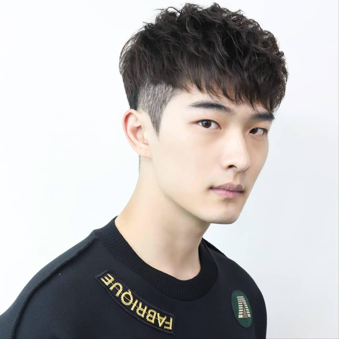 69 查看内容   这款盖盖头发型也是非常有特点的一款,在刘海的地方图片