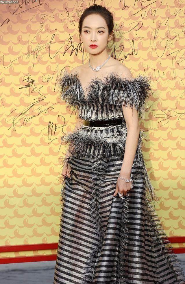 宋茜走红毯连换了两套礼裙,第二套更好看,第一套真的显壮!