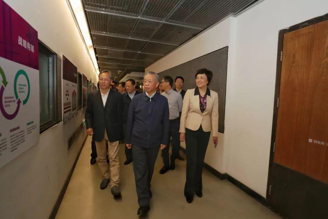 山东省委书记率团访问清华大学美术学院