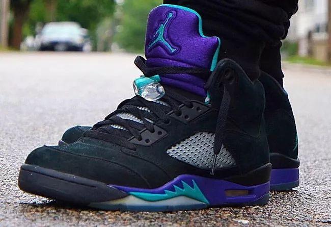 5p6B5ZOB6Lqr5p2Q5oOF6Laj5ZCK5bim6IKJ5Lid6Laz5Lqk_2013年发售的众多 air jordan 5配色中,有两款黑紫配色的 aj5,被鞋迷