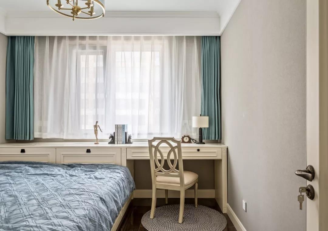 客卧的设计简约,设计了榻榻米床,增设了桌椅,也可当做书房运用.图片