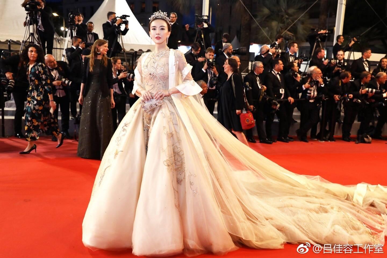 沈月纱裙杨幂球鞋配礼裙吕佳容登基装 盘点让你看不懂的红毯女星