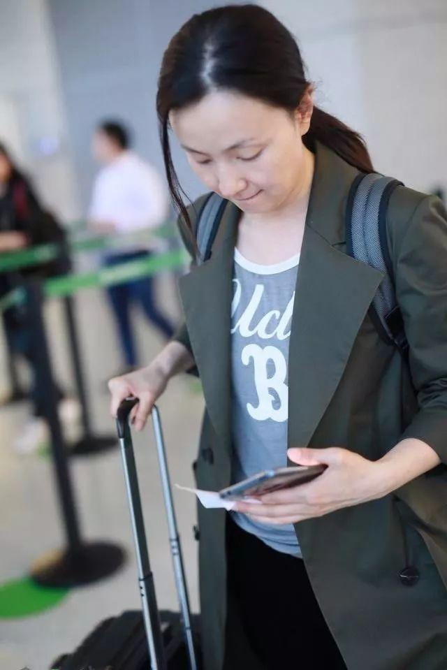 小陶虹素颜现身机场,脸部松弛也是正常,身材保持的很好呀!