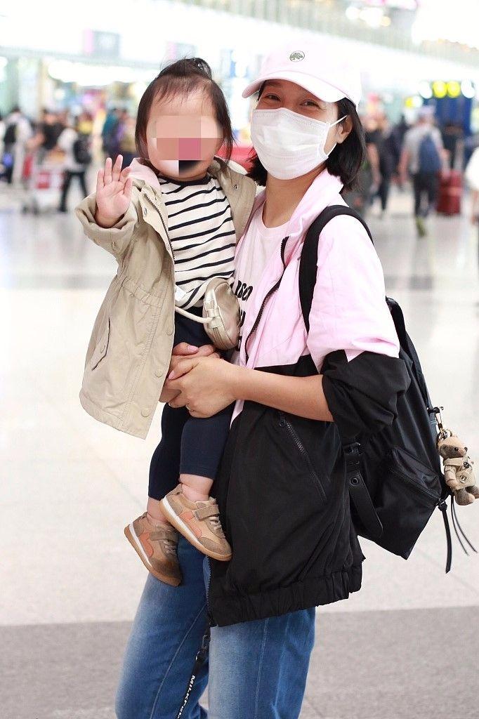 朱丹又素颜现身机场,眼角都是皱纹,前面化妆还美的像大学生!
