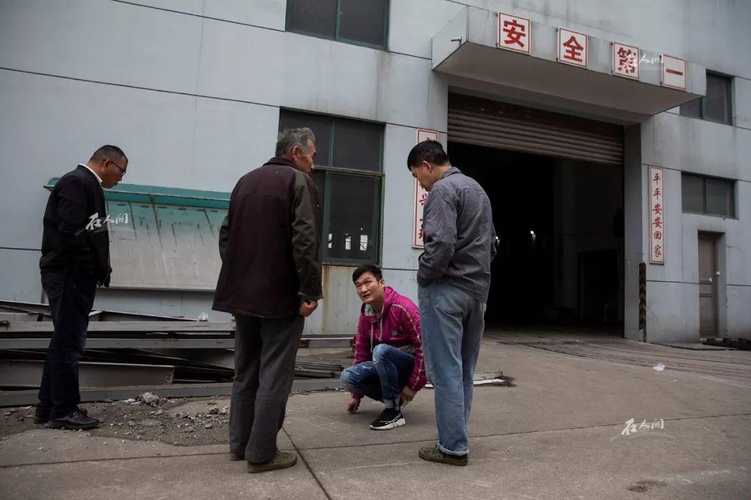 王银达和留下来的工人们讨论如何搬运剩下来的注塑机