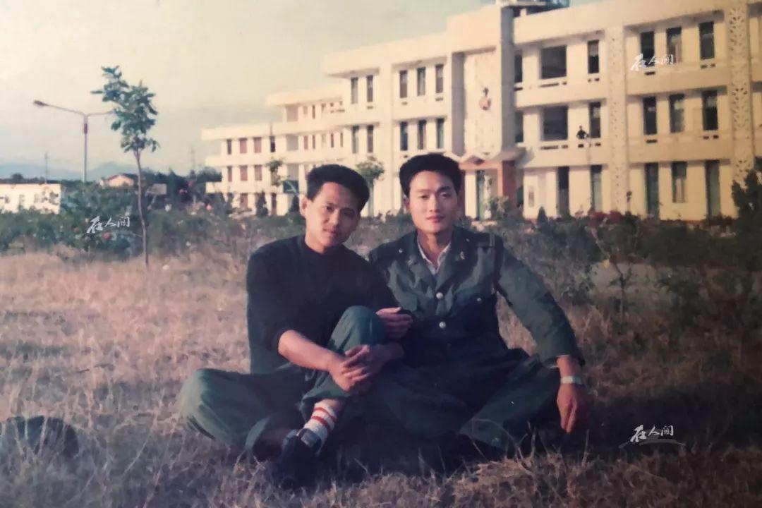 王银达(右)服役时与战友在一起的合影
