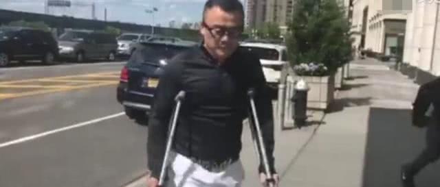 原创周立波现身国外,已无法正常走路,双手拄拐杖表情痛苦图片