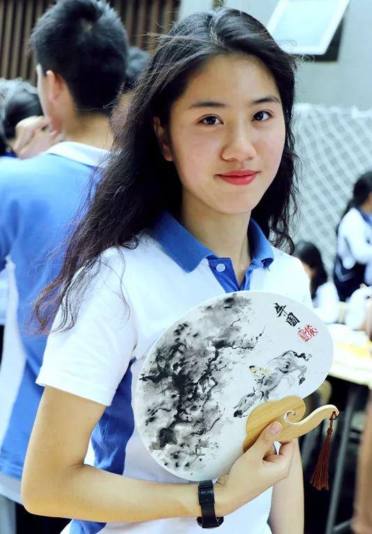 """手绘古伞古扇   展演类包括""""绘画、书法展""""、"""" 手绘中国风古扇、古伞""""及""""cosplay""""三个项目的参与与展示,同学们参与的热情堪比炎热的天气,现场非常热闹."""