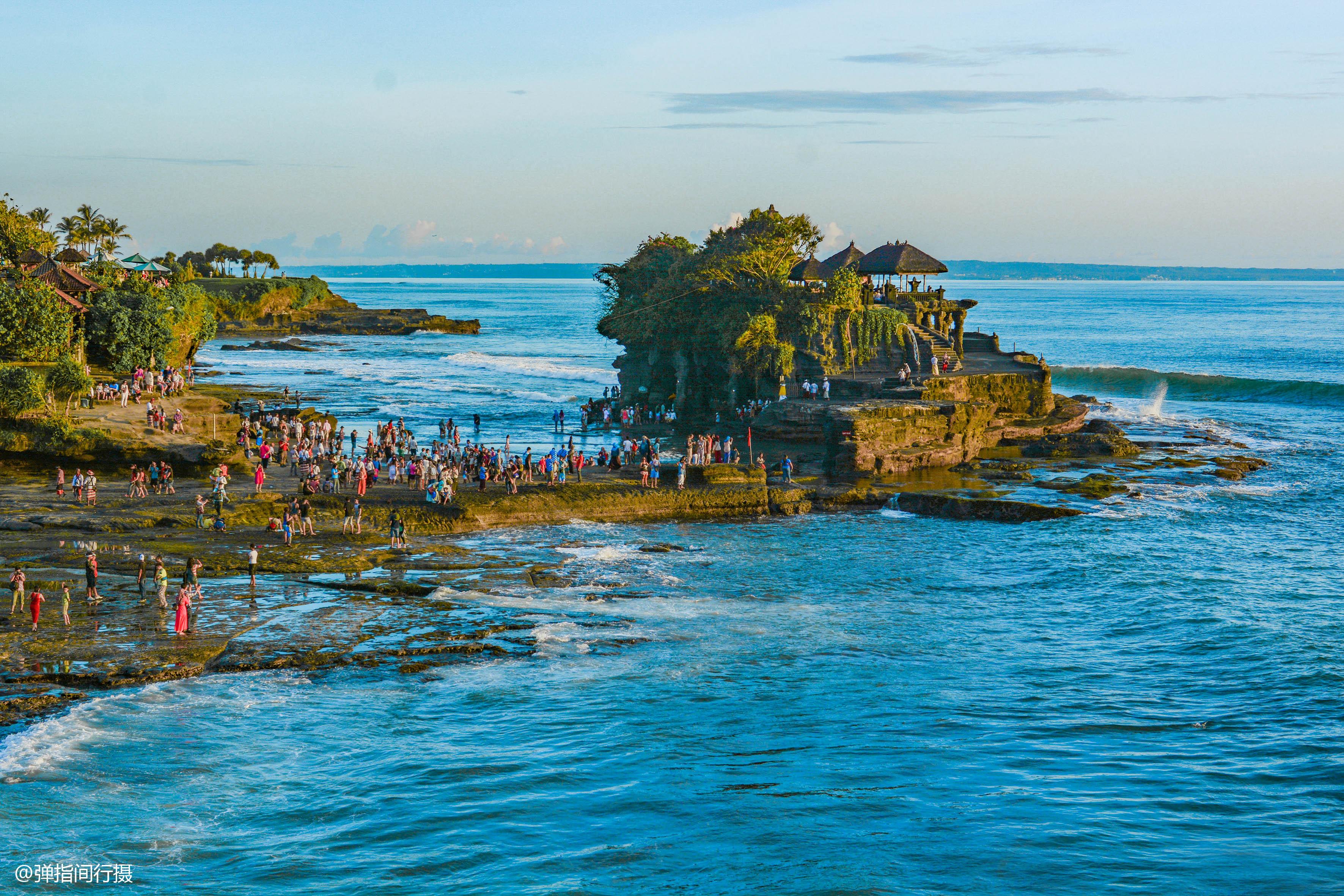 巴厘岛最佳旅游时间_巴厘岛最美庙宇,地处海边岩石上,涨潮时成孤岛,退潮后才能 ...