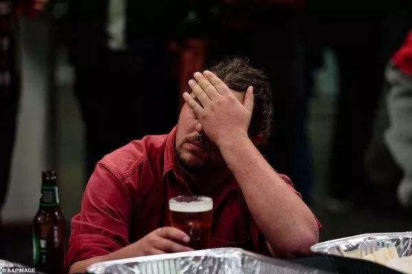 <b>几家愁!工党败选后,支持者们心都碎了!一边喝啤酒一边流泪</b>