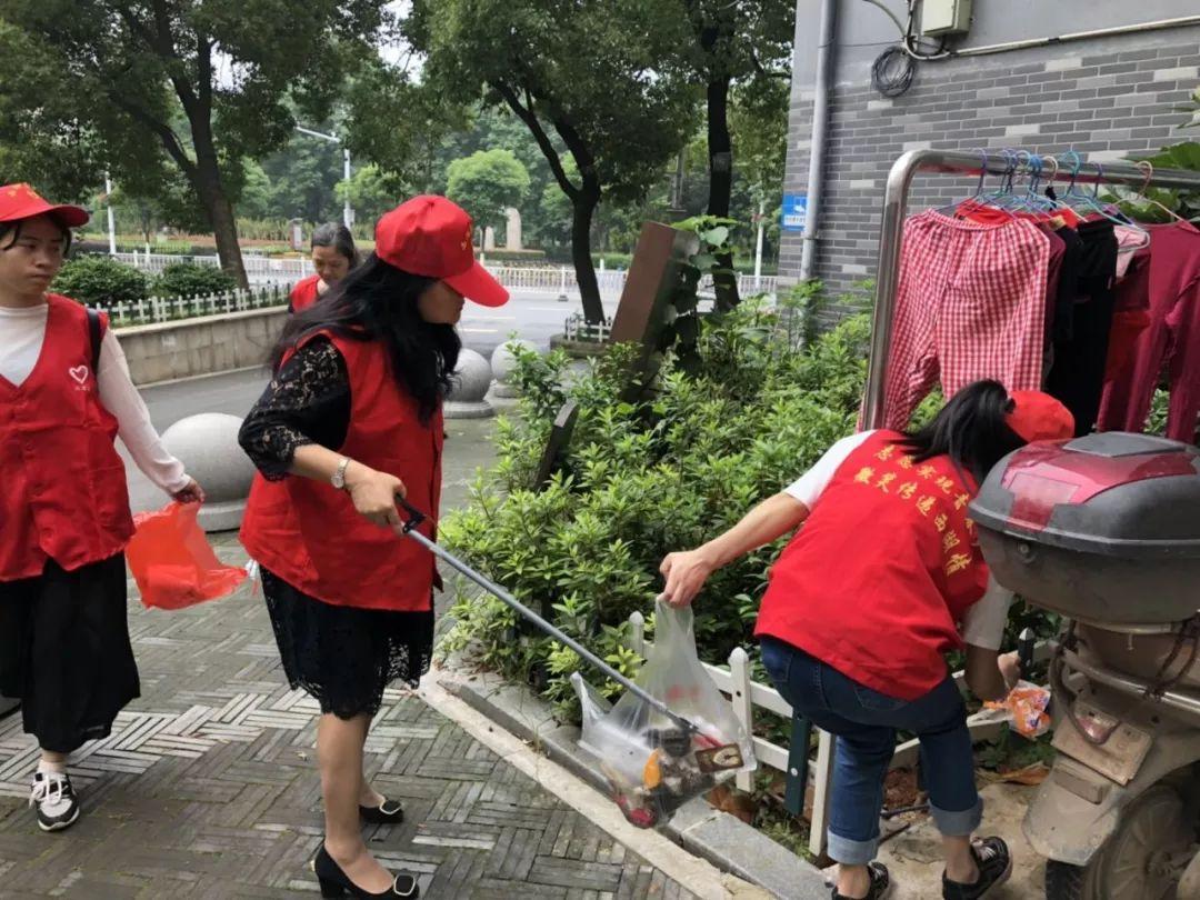 警法 正文  活动现场,志愿者们发扬雷锋精神认真的清洁风光带及辖区图片