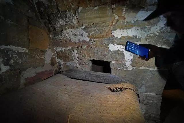 女人嫩穴洞_这是原来主人的卧室,床头上还有一个小洞洞,这就是通往密室的,有危险