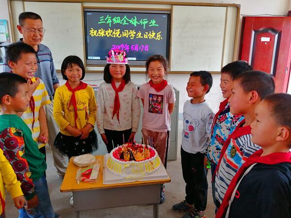 湖北沙洋县殷集小学为留守儿童举办生日庆祝联欢会