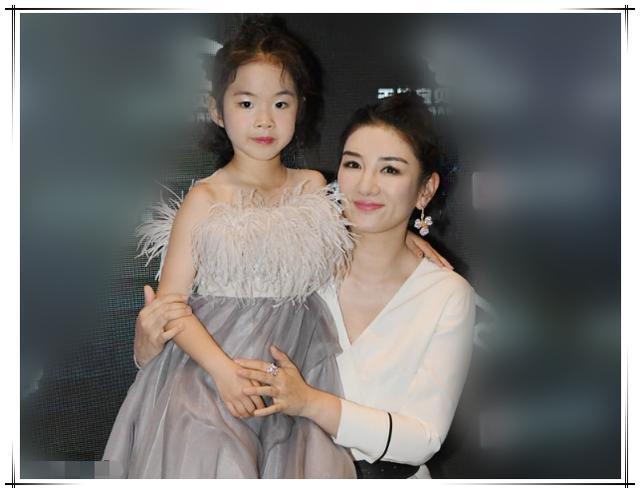 黄奕6岁女儿越来越美,穿羽毛裙精致高级,竟比妈妈更有超模范儿