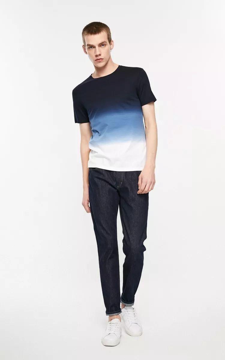 �币_本季红遍秀场的渐变元素用在简简单单的圆领t恤上,结合经典靛蓝色,与