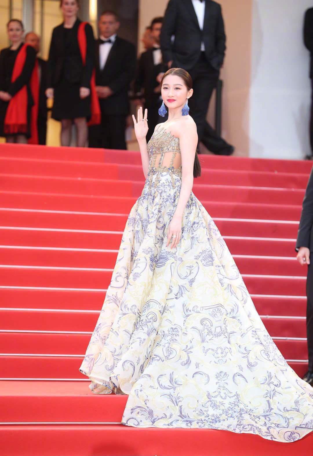 关晓彤的戛纳红毯造型太美了,一袭镂空印花裙,高级又优雅