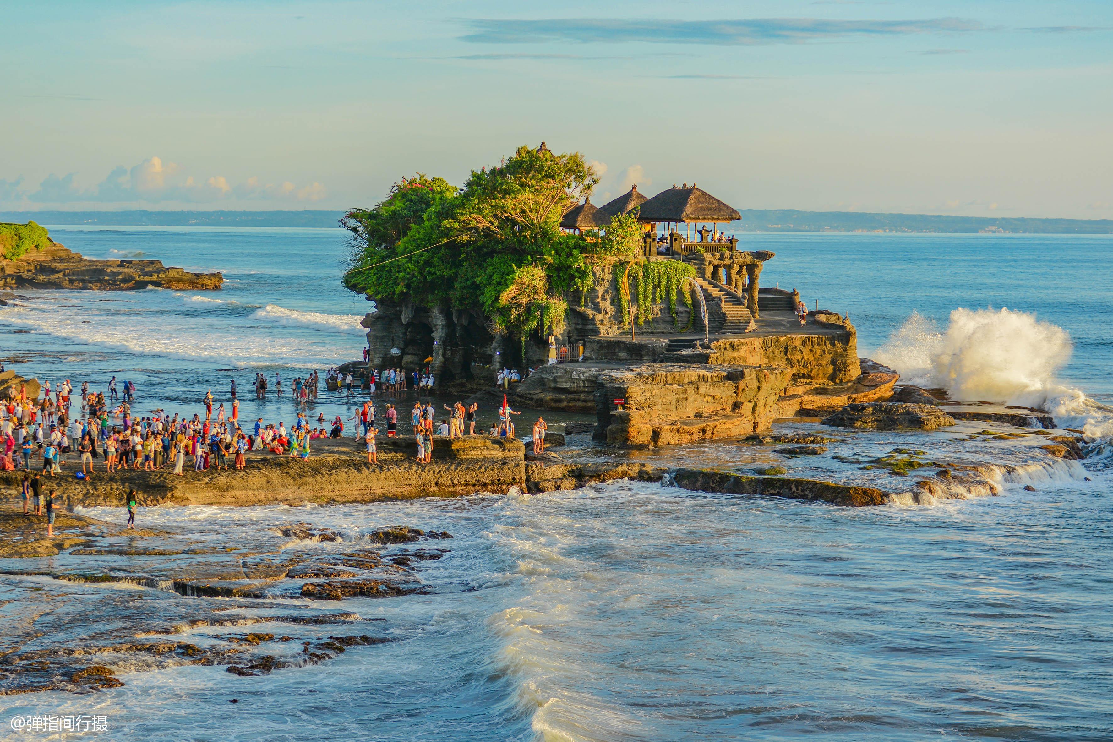 <b>巴厘岛最美庙宇,地处海边岩石上,涨潮时成孤岛,退潮后才能祭拜</b>
