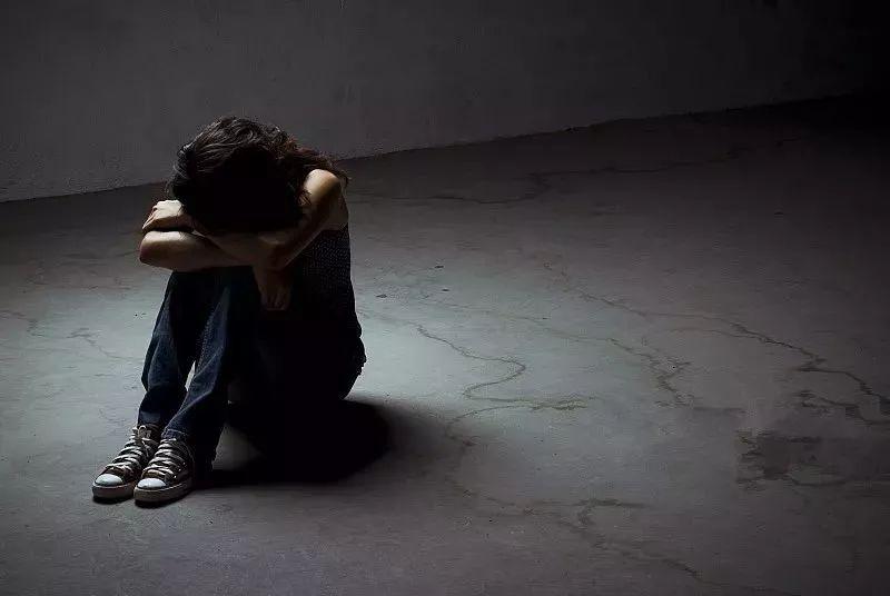 交往3年,女子意外发现男友的可怕秘密!结果她被囚禁殴打, 还...