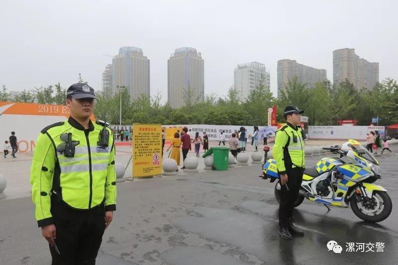 漯河:睡在电车上的女交警......