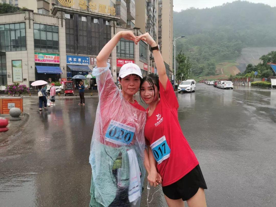 今天,这群兴文人在雨中奔跑的样子真美