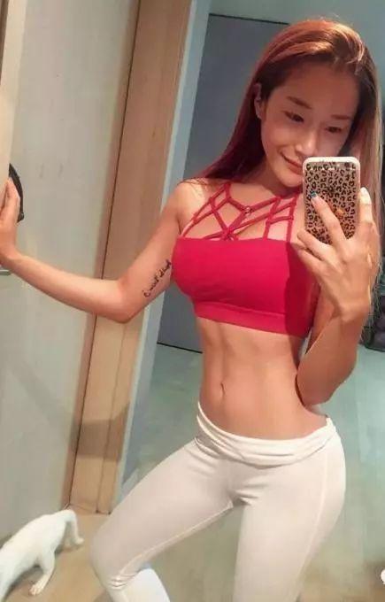 女神美女秀出细腰翘臀性感身材的简单动作!蜜桃臀马甲线轻松练!