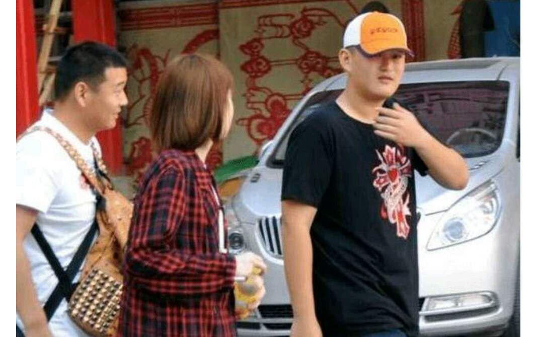 赵本山22岁儿子逛平价超市,结账时他买的东西亮了