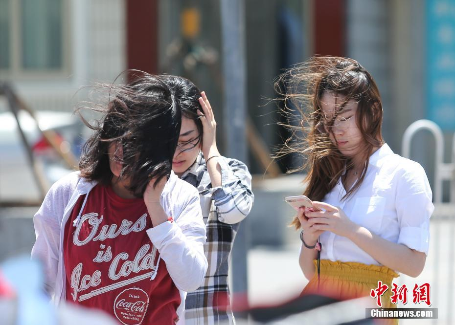 北京继续发布大风蓝色预警 行人风中凌乱