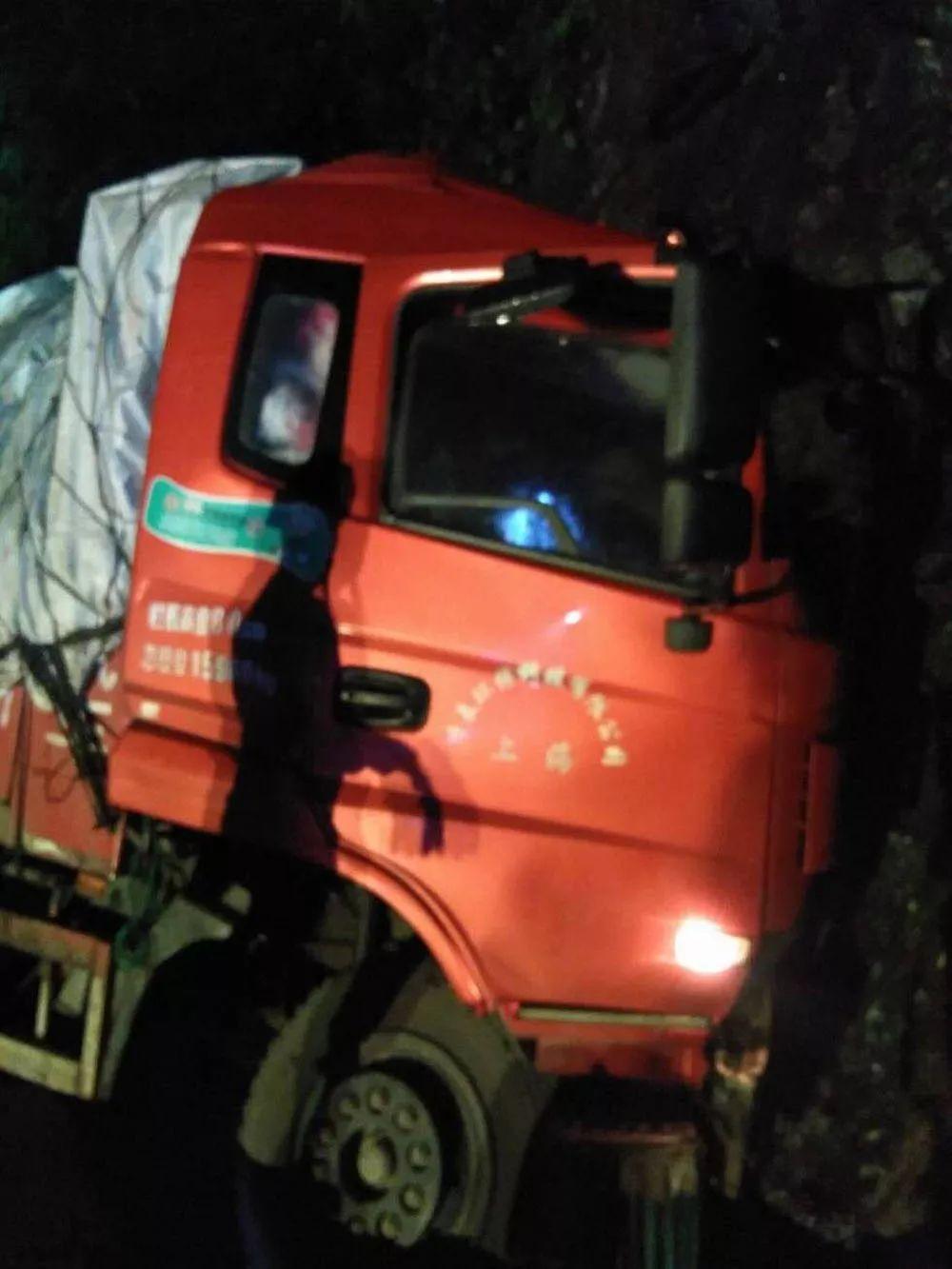 凌晨,丽水一汽车撞上山壁,车头变形,驾驶员被卡车内……