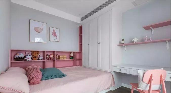 儿童房,灰粉基调配白色,榻榻米床铺连接半开放式储物柜与书桌图片
