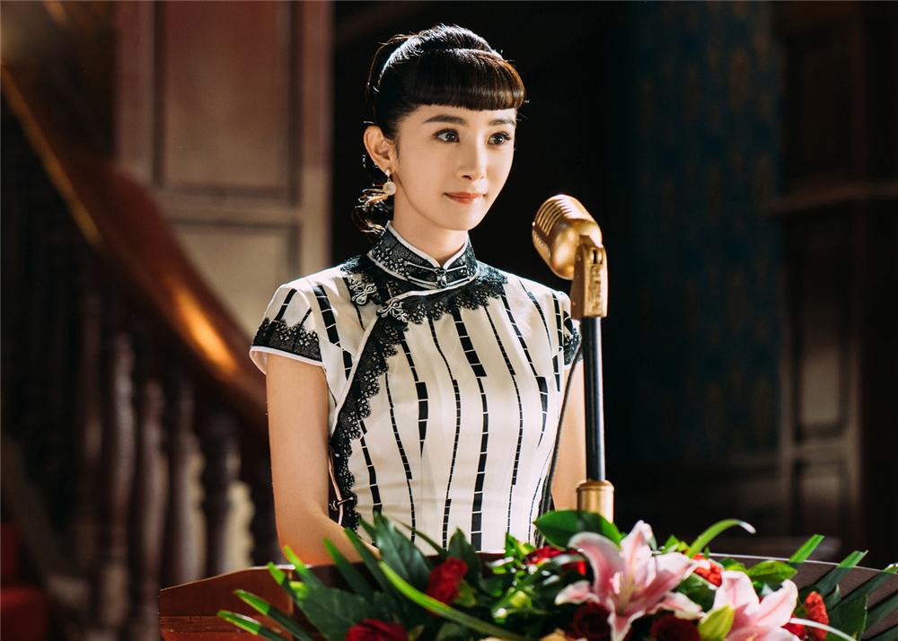 杨幂新剧不仅只有眉上齐刘海,复古造型更惊艳,随便穿都是教科书