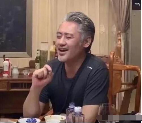 吴秀波近照曝光,喝酒唱歌心情大好,桌子上的酒亮了