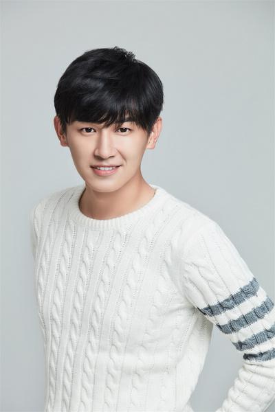 杨旭文白色衬衫阳光帅气 少年感写真个性时尚