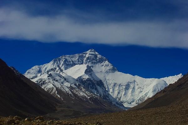 这座国际性山峰,分属于两个国家,顶峰位于中国境内