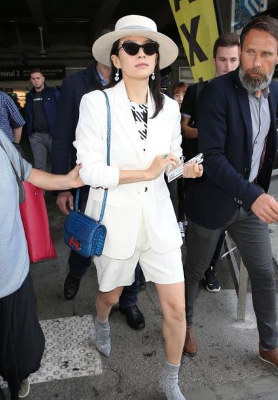 章子怡白西装配短裤颜值也太能打了,发微博称回戛纳溜达溜达
