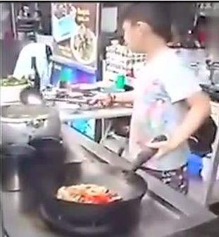 六年级男孩,每天冲回家烧晚饭!妈妈崩溃了:可他数学才考1分