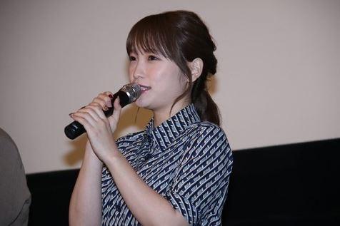 """24岁女星宣布""""奉子成婚""""后现身,现场被恭喜后捂嘴偷笑很可爱"""