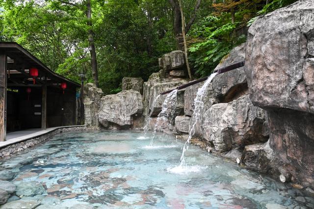天明山森林温泉,隐于浙东群峰环绕之处,为我国三大温泉胜地之一