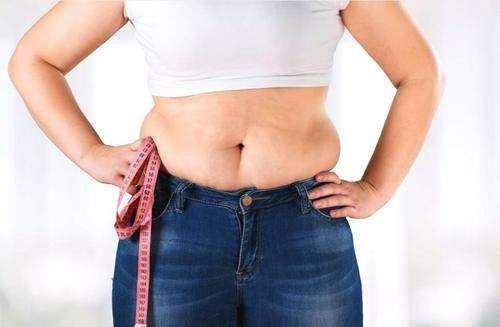更年期女性腰围容易变大,晚上做好这几件事,维持身材和体重