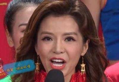 45岁朱迅拍公益广告,央视镜头下的她竟被磨皮磨到鼻梁消失