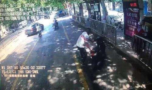 路遇六旬老人骑车摔倒,他的举动让人很温暖